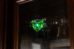 El indicador azul fuerte del laser golpea un cristal en el guardarropa foto de archivo libre de regalías