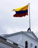 El indicador de Ecuador vuela sobre palacio presidencial Imagenes de archivo
