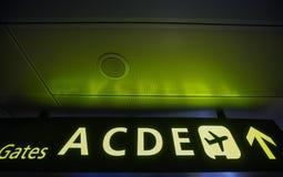 El indicador de las salidas al avión en las puertas del aeropuerto Imágenes de archivo libres de regalías