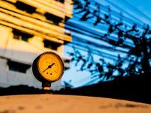 el indicador de presión viejo del watertank en la puesta del sol Foto de archivo libre de regalías