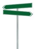 El indicador derecho e izquierdo de la dirección de la ruta del camino esta muestra de la manera, pone verde la señalización aisl Fotografía de archivo libre de regalías