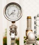 El indicador y la seguridad de presión lanzan la válvula en sistema de suministro de gas foto de archivo libre de regalías