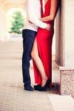 El individuo abraza a la muchacha en un vestido rojo fotografía de archivo