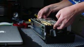 El individuo abre la cubierta de radio almacen de video