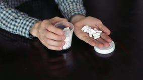 El individuo abre Tubc y le da píldoras almacen de video