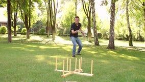 El individuo activo está jugando a un juego del lanzamiento del anillo en parque metrajes