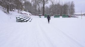 El individuo aficionado está esquiando en invierno en el tiempo escarchado, forma de vida metrajes