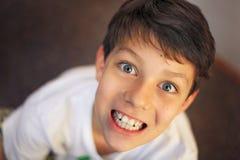 El individuo agradable con los ojos grandes sonríe para todo el mundo Imagen de archivo libre de regalías