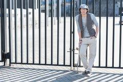El individuo agradable de moda se está inclinando en la cerca Fotos de archivo