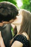 El individuo besa a la muchacha imágenes de archivo libres de regalías