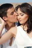 El individuo besa a la muchacha imagen de archivo