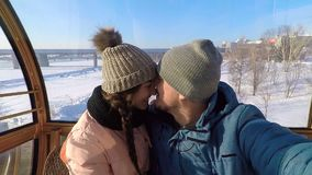 El individuo besa a la muchacha en la nariz y en los labios metrajes