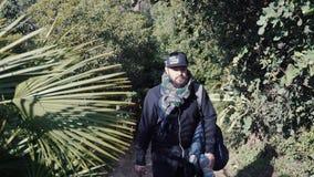 El individuo camina a lo largo de la trayectoria de bosque almacen de metraje de vídeo