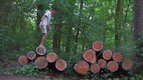 El individuo camina a través de los registros de árboles metrajes