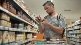 El individuo compra comida para el hogar almacen de metraje de vídeo