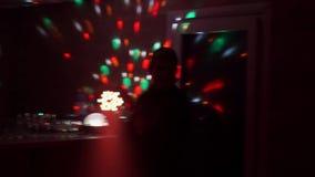 El individuo con el baile de la muchacha en un disco en el club metrajes