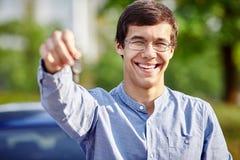 El individuo con el coche cierra el primer Foto de archivo libre de regalías