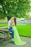 El individuo con la muchacha abraza suavemente Imagen de archivo