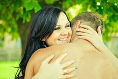 El individuo con la muchacha abraza suavemente Fotografía de archivo