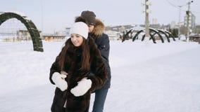 El individuo con la muchacha está patinando almacen de video
