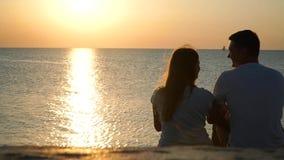 El individuo con la muchacha para saludar el amanecer almacen de metraje de vídeo