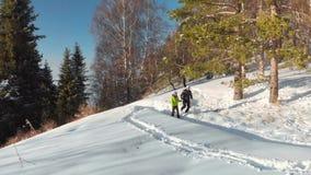 El individuo con el lanzamiento de la muchacha un selfie en el bosque del invierno en las montañas
