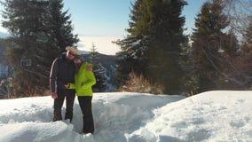 El individuo con el lanzamiento de la muchacha un selfie en el bosque del invierno en las montañas almacen de video