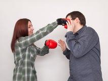 El individuo consigue golpear por el boxeador de la muchacha Imágenes de archivo libres de regalías
