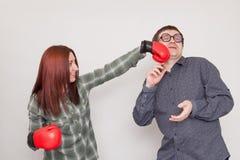 El individuo consigue golpear por el boxeador de la muchacha Foto de archivo libre de regalías
