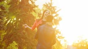 El individuo crió a su novia en sus brazos Fotografía de archivo libre de regalías