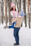 El individuo crió a su novia querida a las manos y a las vueltas, invierno al aire libre Imagen de archivo libre de regalías