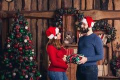 El individuo da a muchacha embarazada al regalo de Navidad imagen de archivo