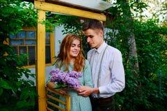 El individuo da a su novia un ramo de lilas Foto de archivo
