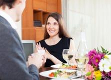 El individuo da un anillo a su novia Imagen de archivo