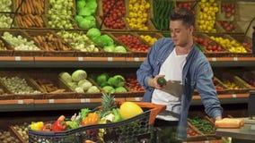 El individuo elige tuétano en el supermercado almacen de video