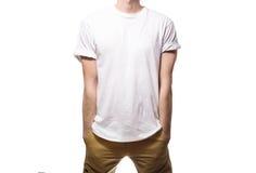 El individuo en la camiseta negra, espacio en blanco, sonriendo en un backgrou blanco Imagen de archivo libre de regalías