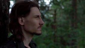 El individuo en la chaqueta de cuero en el bosque metrajes