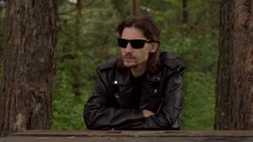 El individuo en la chaqueta de cuero y los vidrios metrajes
