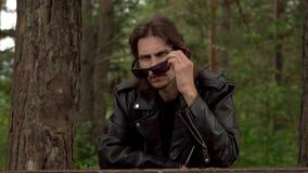 El individuo en la chaqueta de cuero y los vidrios almacen de metraje de vídeo