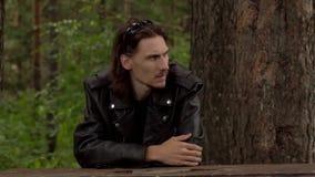 El individuo en la chaqueta de cuero y los vidrios almacen de video