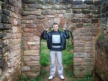 El individuo en la pared de piedra fotografía de archivo libre de regalías