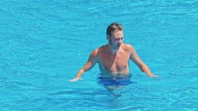 El individuo en la piscina metrajes