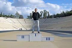 El individuo en el podio del estadio Olímpico Panathinaikos, Atenas, Grecia fotografía de archivo