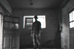 El individuo en un casquillo es negro la foto blanca imagenes de archivo