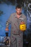 El individuo en un traje con Jack& x27; lámpara de s Foto de archivo