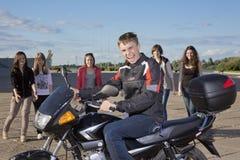 El individuo en una motocicleta Fotos de archivo libres de regalías
