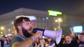 El individuo entra la muchedumbre, salta y disfruta con la victoria de la muchedumbre del megáfono de Rusia almacen de metraje de vídeo