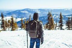 El individuo está en las montañas en el invierno imagen de archivo libre de regalías