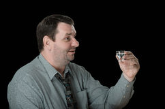 El individuo está listo para beber el tiro de la vodka Imágenes de archivo libres de regalías