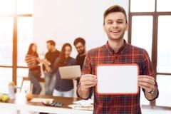 El individuo está llevando a cabo a un tablero blanco imagen de archivo libre de regalías